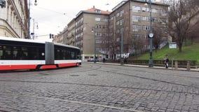 Prag, Tschechische Republik - Dezember 2017: Stadtbild einer typischen europäischen Straße Verkehr der Tram stock video