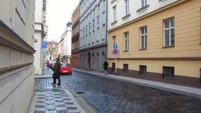 Prag, Tschechische Republik - Dezember 2017: Typische Straße einer modernen europäischen Stadt in der Tageszeit stock video footage