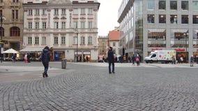 Prag, Tschechische Republik - Dezember 2017: zentrale Fußgängerstraße in der europäischen Stadt Beschäftigtes Quadrat stock video footage