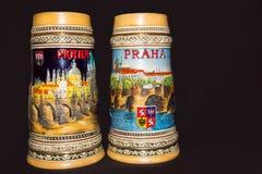 Prag, Tschechische Republik - 25. Februar 2018: Nahaufnahme von traditionellen tschechischen Bierkrügen auf einem farbigen Hinter Stockbilder