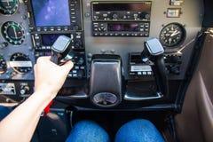 PRAG, TSCHECHISCHE REPUBLIK - 9 09 2017: Hand des Piloten auf Handrad im kleinen Flugzeug und im Armaturenbrett Lizenzfreie Stockfotos