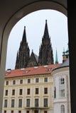 Prag, Tschechische Republik, im Januar 2015 Ansicht des königlichen Palastes und die spiers der Kathedrale durch den Bogen des To lizenzfreie stockfotografie
