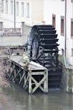 Prag, Tschechische Republik, im Januar 2015 Ein altes Wasserrad und eine Steinzahl eines Mannes auf Steg stockfotografie
