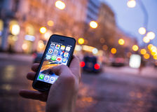 PRAG, TSCHECHISCHE REPUBLIK - 5. JANUAR 2015: Ein Nahaufnahmefoto des Apple-iPhone 5s Anfangsschirmes mit apps Ikonen Stockfotos
