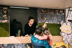 Prag, Tschechische Republik Junge Frauen-Verkäufer verkauft süße Waffeln Lizenzfreies Stockfoto