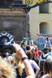 Prag, Tschechische Republik - 27. Juni 2019: Leute, die Fotos des Änderns der Ehrenwache vor Prag aufpassen und machen lizenzfreies stockbild