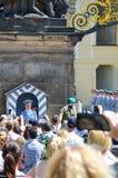 Prag, Tschechische Republik - 27. Juni 2019: Menge, die Fotos des Schloss-Schutzes vor Prag-Schloss aufpasst und macht Schutz und stockbild