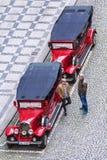 PRAG, TSCHECHISCHE REPUBLIK KANN -16: Rote Retro- Ford-Autos auf dem stree Lizenzfreie Stockfotos