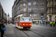 PRAG, TSCHECHISCHE REPUBLIK - 5. MÄRZ 2016: Die Parade der Weinleseexkursionstram-Zahl 3 geht auf alte Stadt in Prag am 5. März 2 Lizenzfreies Stockbild