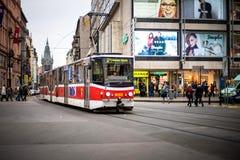PRAG, TSCHECHISCHE REPUBLIK - 5. MÄRZ 2016: Moderne Parade der Exkursionstram-Zahl 21 geht auf alte Stadt in Prag am 5. März 2016 Stockbild