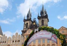 Prag, Tschechische Republik 27. März 2018: Ostern-Feier im alten Marktplatz Ansicht über Tyn-Kirche Stockfotos
