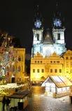 Prag, Tschechische Republik 28. März 2018: Ostern-Feier im alten Marktplatz Nachtansicht über Tyn-Kirche Lizenzfreie Stockfotos