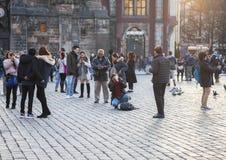 Prag, Tschechische Republik - 15. März 2017: Touristen, die Fotos der berühmten mittelalterlichen astronomischen Uhr in Prag mach lizenzfreie stockbilder