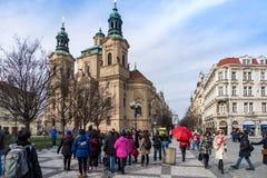 PRAG, TSCHECHISCHE REPUBLIK - 5. MÄRZ 2016: Touristen im alten Stadt-squ Lizenzfreie Stockfotos