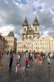 PRAG, TSCHECHISCHE REPUBLIK - 8. Mai 2013: Ein Mannhandeln Lizenzfreies Stockfoto