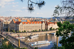 PRAG, TSCHECHISCHE REPUBLIK - 25. MAI 2017: Juristische Fakultät mit Cechuv-Brücke Lizenzfreies Stockfoto