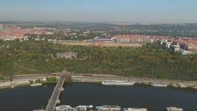 PRAG, TSCHECHISCHE REPUBLIK - MAI 2019: Luft-pamorama Brummenansicht des Stadtzentrums, Stadtbild von Prag stock video footage