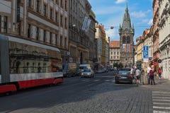 PRAG, TSCHECHISCHE REPUBLIK - MAI 2017: Tram auf der Straße mit altem Turm in Prag an einem schönen Frühlingstag Lizenzfreies Stockfoto
