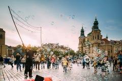 Prag, Tschechische Republik Mann macht Seifenblasen im alten Marktplatz Lizenzfreie Stockbilder