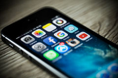 PRAG, TSCHECHISCHE REPUBLIK - 17. NOVEMBER 2015: Ein Nahaufnahmefoto des Apple-iPhone 5s Anfangsschirmes mit apps Ikonen Lizenzfreie Stockbilder