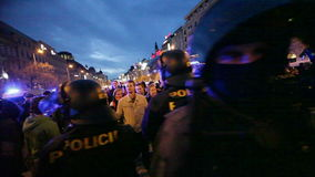 PRAG, TSCHECHISCHE REPUBLIK, AM 17. NOVEMBER 2015: Nacht-stedycam, Demonstration gegen Islam und Immigranten, Flüchtlinge, Polize stock footage