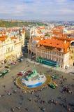 PRAG, TSCHECHISCHE REPUBLIK - 10. OKTOBER: Alter Marktplatz mit Touristen am 10. Oktober 2013 in Prag Lizenzfreie Stockbilder