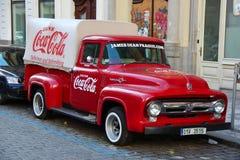 PRAG, TSCHECHISCHE REPUBLIK - 23. Oktober 2015: Ein alter erneuerter roter Ford-Weinlese Coca- Colalkw in einem Parkplatz Lizenzfreies Stockfoto