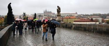 Prag, Tschechische Republik - 28. Oktober 2018: Leute mit umrella auf Karluv die meiste Charles-Brücke am regnerischen Tag des Ja stockfotografie