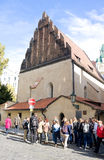 PRAG, TSCHECHISCHE REPUBLIK - 10. OKTOBER: Touristen-nearOld-neue Synagoge am 10. Oktober 2013 in Prag Stockfoto