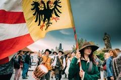 Prag, Tschechische Republik Prozession von den Leuten gekleidet in den Kostümen Lizenzfreie Stockfotos