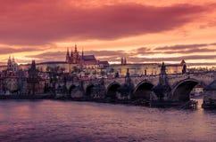 Prag, Tschechische Republik: Schloss, Charles - Karluv-Brücke und die Moldau-Fluss Lizenzfreie Stockfotos