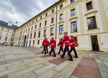 PRAG, TSCHECHISCHE REPUBLIK - 4. SEPTEMBER 2017 Ändern des Schutzes der Ehrenwachen am Präsidentenpalast in Prag-Schloss, Pra Stockbilder