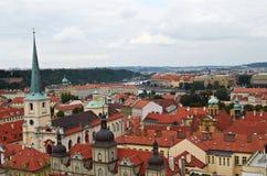 Prag, Tschechische Republik, am 25. September 2014 Draufsicht der Stadt vom Stadtglockenturm durch Kirche St. Nicholas, Mala Stra Lizenzfreies Stockfoto