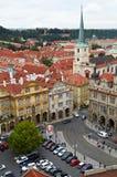 Prag, Tschechische Republik, am 25. September 2014 Draufsicht der Stadt vom Stadtglockenturm durch Kirche St. Nicholas, Mala Stra Lizenzfreie Stockbilder