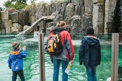 Prag, Tschechische Republik am 24. September 2017: Familie oder Gruppe von Personen mit Kindern im Zoo Kinder mit Eltern haben Stockfotos