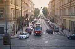 PRAG, TSCHECHISCHE REPUBLIK - 24. September 2014 Tram in der Straße von Prag Stockfotografie