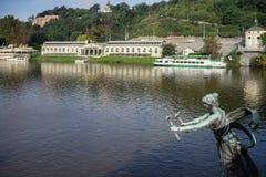 PRAG, TSCHECHISCHES REPUBLIC/EUROPE - 24. SEPTEMBER: Statue einer Frau Lizenzfreies Stockfoto