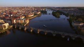 Prag-Vogelperspektive mit Charles Bridge, Tschechische Republik stock video