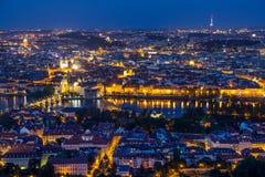 Praga all'ora blu crepuscolare, al punto di vista di Charles Bridge sulla Moldava con Mala Strana ed a Città Vecchia immagini stock