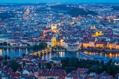 Praga all'ora blu crepuscolare, al punto di vista di Charles Bridge sulla Moldava con Mala Strana ed a Città Vecchia fotografie stock libere da diritti