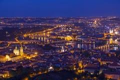 Praga all'ora blu crepuscolare, punto di vista di Charles Bridge sulla Moldava con il castello di Mala Strana, di Città Vecchia e immagine stock