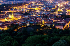 Praga all'ora blu crepuscolare, vista dei ponti sulla Moldava con Mala Strana, castello di Praga Fotografia Stock Libera da Diritti