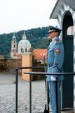 PRAGA, AUG 2014 - Niezidentyfikowany żołnierz w strażowym domu Fotografia Royalty Free