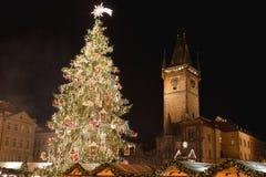 Praga boże narodzenia Wprowadzać na rynek, choinka astronomiczny basztowy Orloj i Praga Zdjęcie Royalty Free