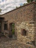 Praga, castillo superior - pared del ladrillo y pequeña puerta Imágenes de archivo libres de regalías