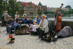 2009 05 08, Praga, Ceco Musicisti della via sul ponte di Praga Camminando intorno a Praga immagine stock
