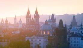 Praga - chapiteles de la ciudad vieja fotos de archivo