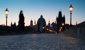 Praga, Charles Bridge all'alba Fotografie Stock Libere da Diritti