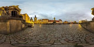 Praga - 2018: Charles Bridge alla sera Autunno panorama sferico 3D con l'angolo di visione 360 aspetti per realtà virtuale Eq com Fotografia Stock Libera da Diritti
