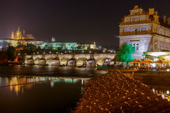 Praga Charles bridge noc obraz royalty free